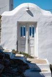 Deuropening op Mykonos die door aan het overzees kijken Stock Afbeelding