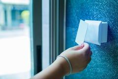Deurtoegangsbeheer jongen die een zeer belangrijke kaart houden om deur of flat thuis te sluiten en te openen royalty-vrije stock afbeelding