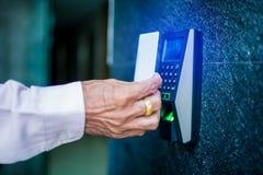 Deurtoegangsbeheer Personeel die een zeer belangrijke kaart houden om deur of flat thuis te sluiten en te openen stock foto's