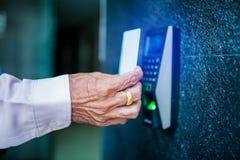 Deurtoegangsbeheer Personeel die een zeer belangrijke kaart houden om deur of flat thuis te sluiten en te openen royalty-vrije stock foto's