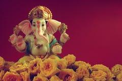Deus hindu Ganesha com flor cor-de-rosa foto de stock royalty free