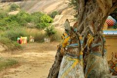 Deus indiano da vila de estátuas do cavalo em um complexo do templo da vila fotos de stock