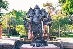 Deus preto de Ganesha do sucesso com ofertas no marco no parque de Rajapruek Imagem de Stock