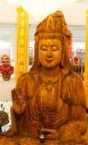 Deusa de madeira da estátua da mercê (Guan Yin) Imagens de Stock