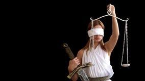 Deusa grega da mulher de justiça Femida com espada à disposição e de escalas no fundo preto ideia do conceito de uma empresa de a filme