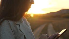 Deushka palce prowadz? ich palce przez pastylk? bizneswoman sprawdza emaila Biznesowa kobieta pracuje na pastylce przy zbiory wideo