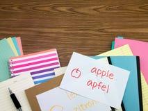 Deutsch; Lernen von neuen Sprachschreibens-Wörtern auf dem Notizbuch Lizenzfreie Stockbilder
