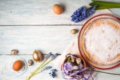 Deutsch-Ostern-Kuchen mit Dekoration und Blume auf dem weißen Holztisch Stockfotos