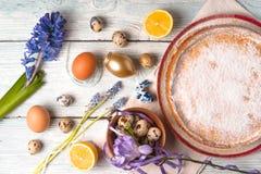 Deutsch-Ostern-Kuchen mit Dekoration und Blume auf dem weißen Holztisch horizontal Stockfoto