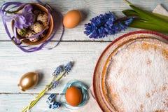 Deutsch-Ostern-Kuchen mit Dekoration und Blume auf der weißen Draufsicht des Holztischs Stockfotos