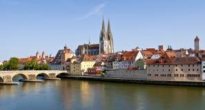 Deutsche alte Stadt Regensburg in dem Fluss Donau stockfoto