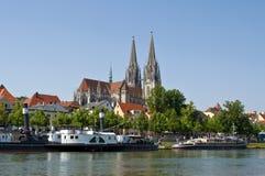 Deutsche alte Stadt Regensburg in dem Fluss Donau stockfotografie