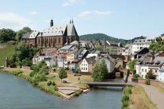 Deutsche alte Stadt Saarburg mit Fluss Stockfotografie