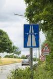 Deutsche Autobahnrampe und Verkehrszeichen Stockbild