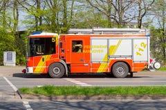 Deutsche Feuerwehrfahrzeuge von der Berufsfeuerwehr fahren zu einem Entwicklungsstandort Stockfotografie