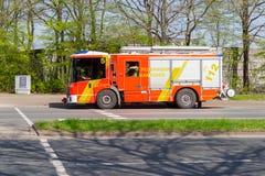 Deutsche Feuerwehrfahrzeuge von der Berufsfeuerwehr fahren zu einem Entwicklungsstandort Stockbilder