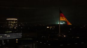 Deutsche Flagge auf Reichstag, Berlin, Nachtansicht lizenzfreie stockfotos
