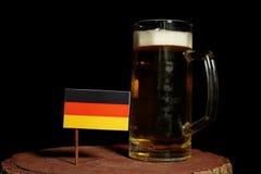 Deutsche Flagge mit dem Bierkrug auf Schwarzem Lizenzfreies Stockbild