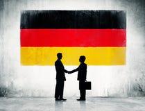 Deutsche Flagge mit zwei Geschäftsmännern Stockfotos