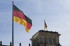 Deutsche Flagge und Reichstag Lizenzfreies Stockfoto
