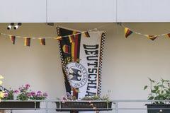 Deutsche Flaggen und Fanmaterial auf einem Balkon Stockbilder