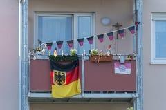 Deutsche Flaggen und Fanmaterial auf einem Balkon Stockfotos