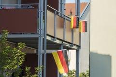 Deutsche Flaggen und Fanmaterial auf einem Balkon Lizenzfreies Stockbild