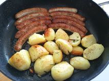 Deutsche fränkische Bratwurst mit gebratenen Kartoffeln stockfotos