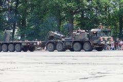 Deutsche Hochleistungstraktoreinheit SLT 50 Elefant und Behältertransporter Lizenzfreies Stockfoto