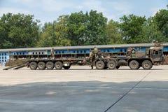 Deutsche Hochleistungstraktoreinheit SLT 50 Elefant und Behältertransporter Stockfotografie