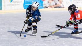 Deutsche Kinder, die Eishockey spielen Stockbilder