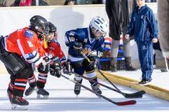 Deutsche Kinder, die Eishockey spielen Lizenzfreie Stockfotos