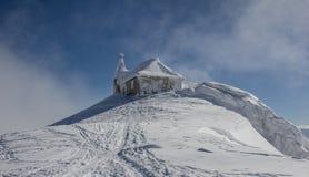 Deutsche Kirche im Winter an der Spitze Mt. Dobratsch Lizenzfreies Stockbild