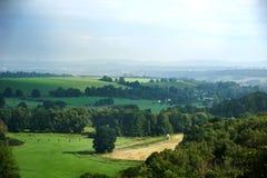 Deutsche Landschaftslandschaft mit Nebenfluss- und Grünfeldern Lizenzfreie Stockfotos