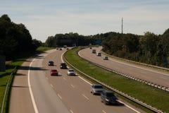 Deutsche Landstraße mit Kurve Lizenzfreies Stockfoto