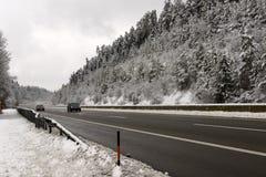Deutsche Landstraße Snowy unter Holz nahe Engen, Deutschland Stockbild