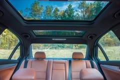 Deutsche luxuriöse Limousine - brauner lederner Innenraum, großes panoramisches Schiebedach, Sportausrüstung lizenzfreie stockfotografie