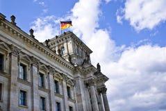 Deutsche Markierungsfahne auf dem Reichstag lizenzfreie stockfotos