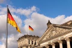 Deutsche Markierungsfahnen am Reichstag Sitz des Parlaments stockfoto