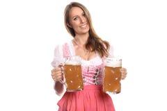 Deutsche oder bayerische Kellnerin mit den Bierkrügen Lizenzfreie Stockbilder