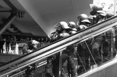 Deutsche Polizeibesondere kräfte in einem Bereitstehung auf einer Rolltreppe in Schwarzweiss Stockbild