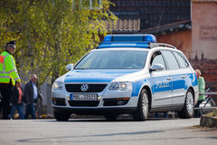 Deutsche Polizeiwagen-Antriebe auf einer Straße Lizenzfreies Stockbild