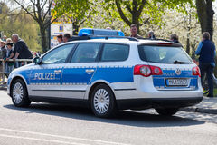 Deutsche Polizeiwagen-Antriebe auf einer Straße Lizenzfreies Stockfoto