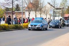 Deutsche Polizeiwagen-Antriebe auf einer Straße Lizenzfreie Stockbilder