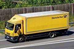 Deutsche Post-vrachtwagen op autosnelweg stock fotografie