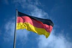 Deutsche Staatsflagge, die in die Brise wellenartig bewegt Lizenzfreie Stockfotos
