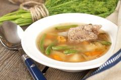 Deutsche Suppe mit Rippen und Gemüse Stockbilder