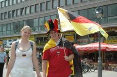 Deutsche und ekuadorianische Fußballfans am 2006 Weltcup in Berlin am 20. Juni 2006 vor dem Match zwischen Ecuador und Deutschlan Lizenzfreie Stockfotografie