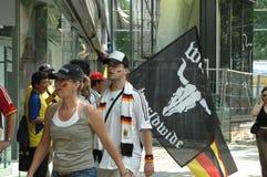Deutsche und ekuadorianische Fußballfans am 2006 Weltcup in Berlin am 20. Juni 2006 vor dem Match zwischen Ecuador und Deutschlan Stockbild