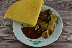 Deutsche Würste grillten mit Ketschup und mexikanischem Kuchen auf hölzernem stockfoto